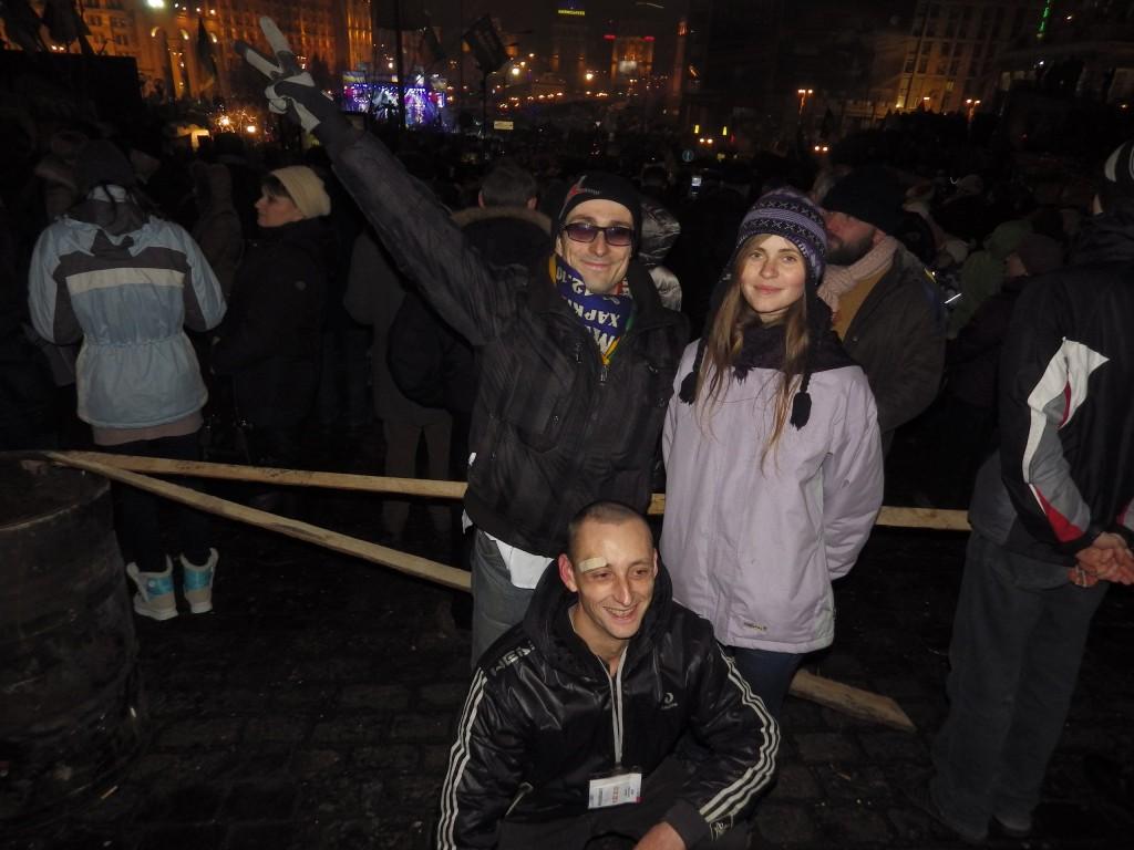 Стійка на барикадах у новорічну ніч. Дівчата радували обнімашками бійців)