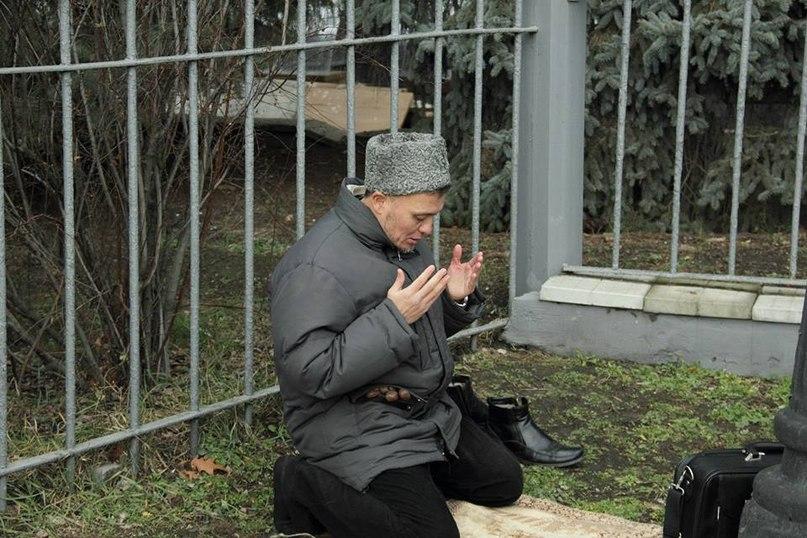 Представник татар молитья, поки ми гімн співаємо