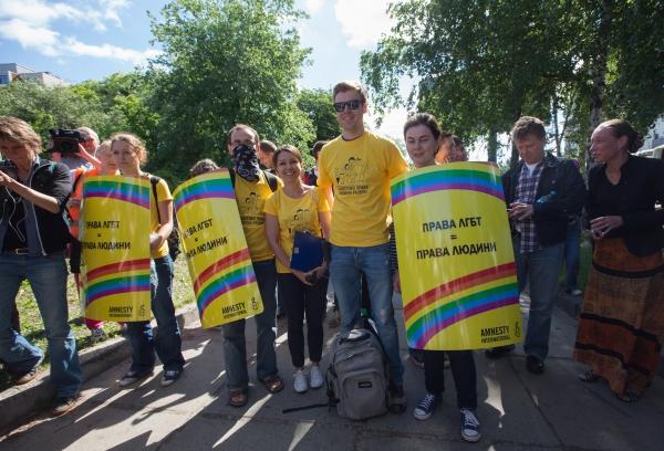 Скандирование лозунгов на марше
