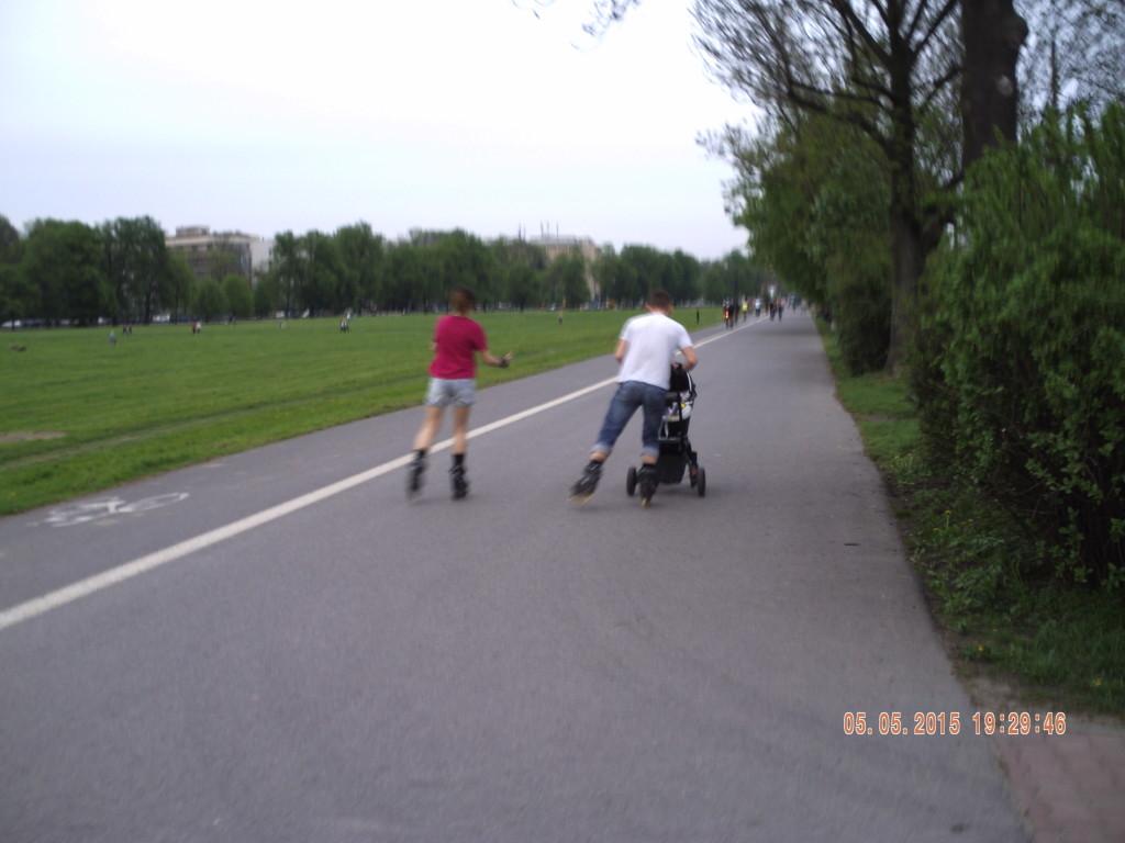 Молода роллер сім'я вигулює дитину.
