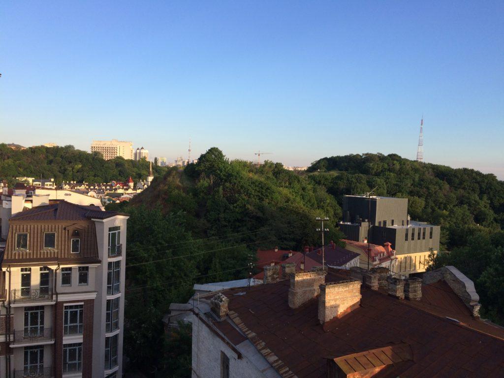 Вид з балкону на Андріївський узвіз о 6 ранку.